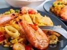 Рецепта Паеля с шафран скариди, калмари, грах, чушки и бяло вино на тиган